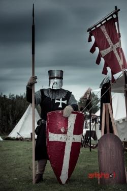 Ridder in volle uitrusting staat op wacht