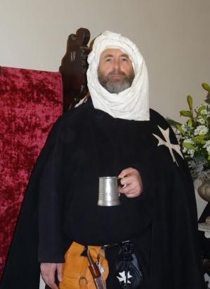 De tulband verwijst naar zijn diensttijd in het heilig land
