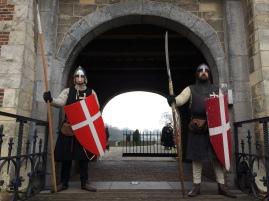 Twee ridders bewaken de poort van kasteel Heeswijk