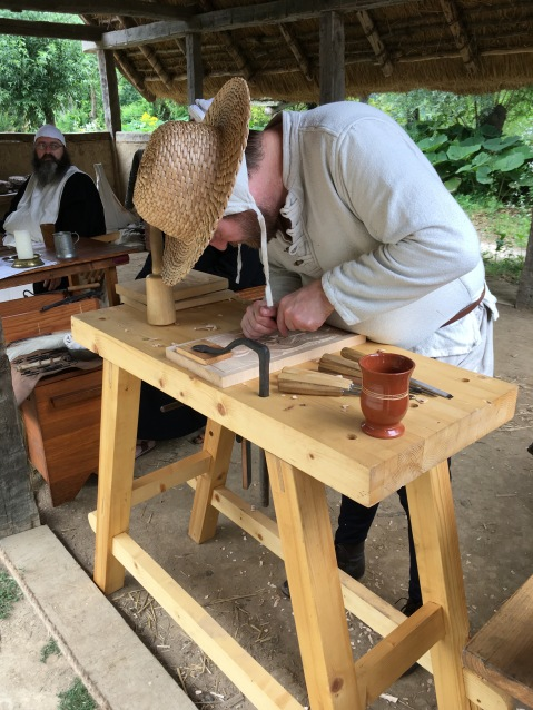 De houtbewerker is bezig aan een nieuw snijwerk