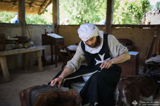Maliënmaker aan het werk